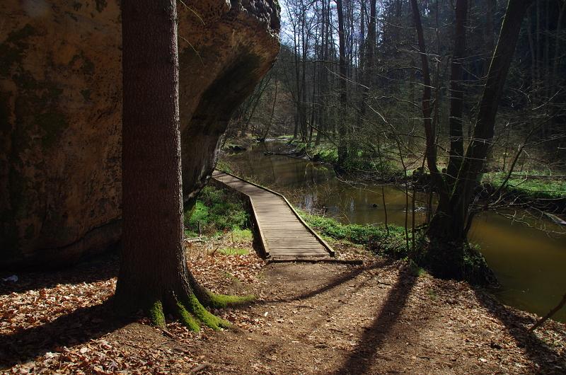 Turistický chodník pod skalním převisem - Liběna Stiebitzová
